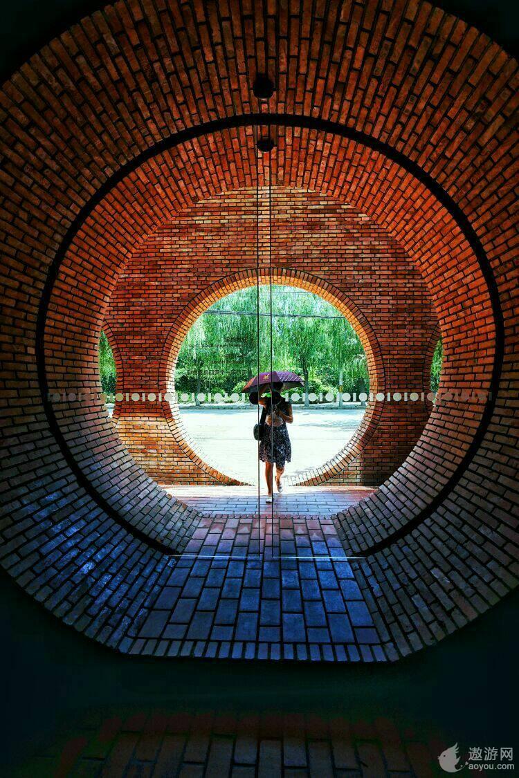 光影砖砌的建筑美学—红砖美术馆