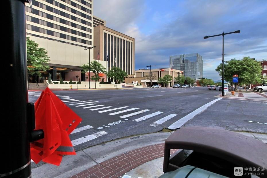 14、交通指挥旗设置点距有红绿灯的路口不过百米。.jpg