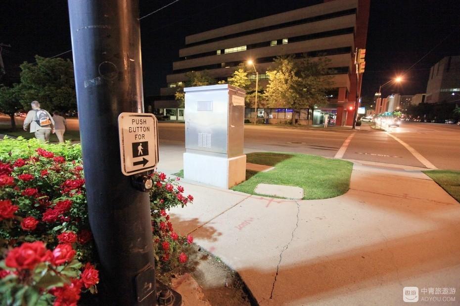 17、路口都有红绿灯转换按钮,方便行人优先通过。.jpg