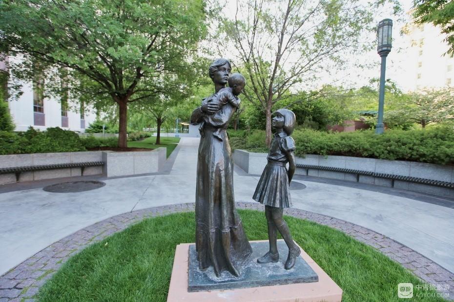 21、街边铜雕多为平民化造像。.jpg