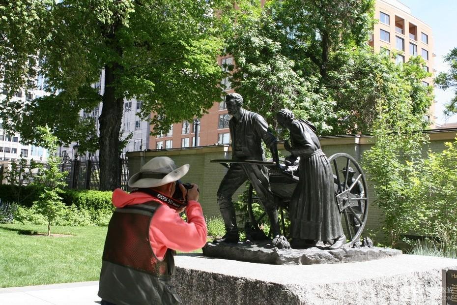 22、我正在拍摄的雕像,反映的是1847年杨伯翰拉板车带领数千人跋涉千里来此建城的情形.jpg