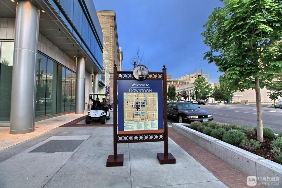 9、街边有多处市区地图板。.jpg