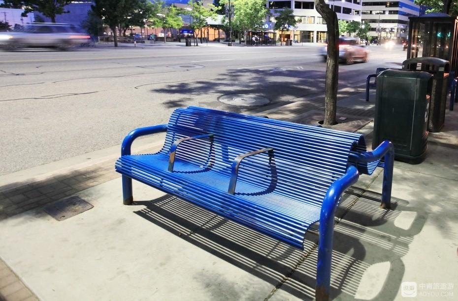 10、人行道隔不多远就有靠背座椅。.jpg
