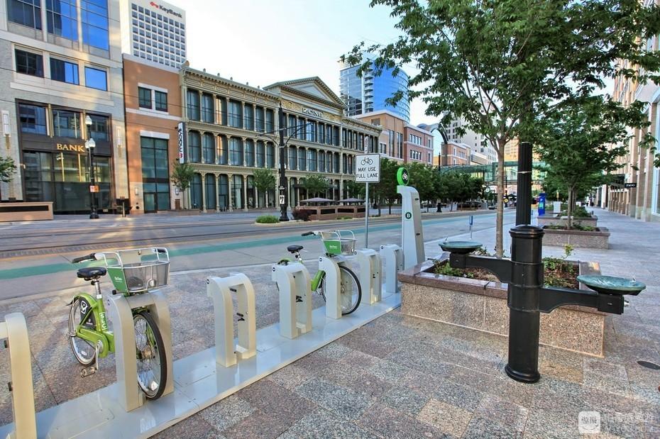 11、人行道随处可见——左为共享单车,右为盥洗水盆和饮用水嘴。.jpg.jpg