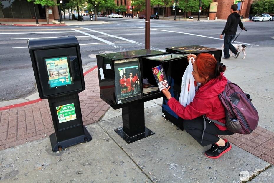 14、老伴儿注意到街头按需自取的广告箱。.jpg