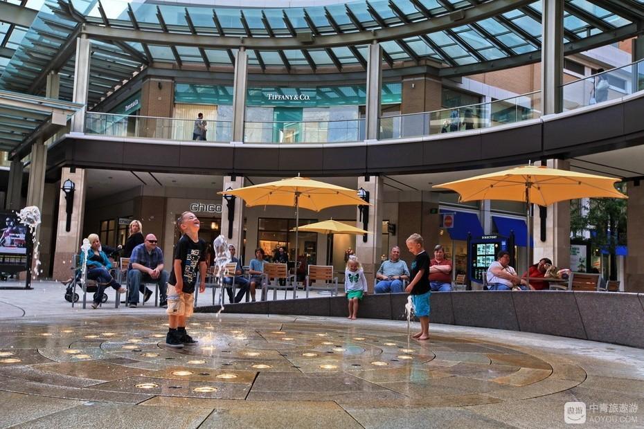 21、小广场的人工间歇喷泉很受孩子喜欢。.jpg