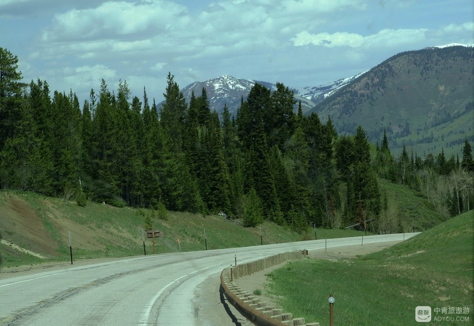 1、大提顿国家公园与黄石公园的结合部,山路弯弯。.jpg