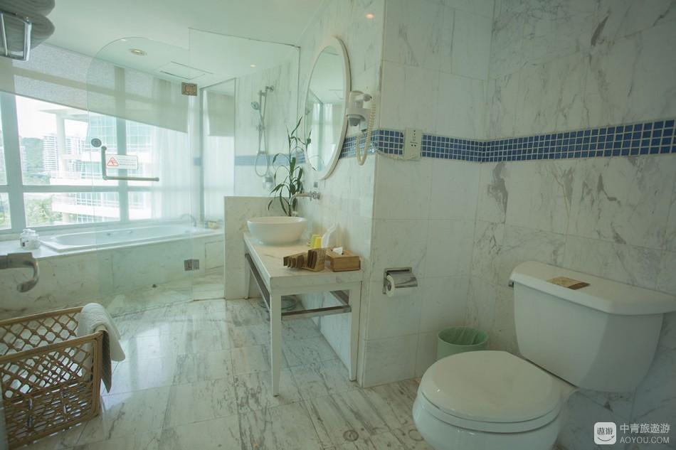 卫浴间空间大,舒爽,特别是海景浴缸,可以对着海天一色的远方发呆。