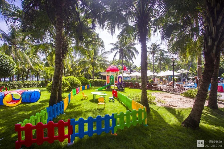 酒店有三个泳池,其中最大的那个泳池水是最浅,小孩子居多,所以泳池边上还布置了供小朋友玩耍的儿童设备。 ...