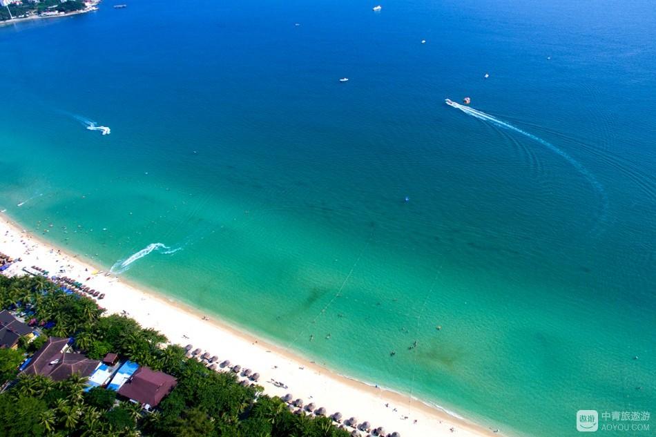 大东海的沙子幼白、细致、干净。海水由浅至深,能见度极高,可与普吉岛和巴厘岛相媲美。  凭海临风时,讲真 ...