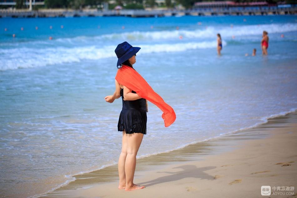大东海的沙滩上终日热闹,傍晚尤甚。各色人等,有穿着比基尼的俄罗斯大妞和大妈,更多的还是中国游客。 ...