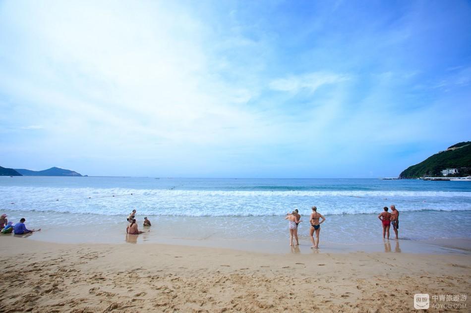 戏水踏浪晒日光浴,小摊小贩和沙滩救生员,还有不时经过的沙滩巡逻车,干嘛的都有,各自不亦乐乎。 ...