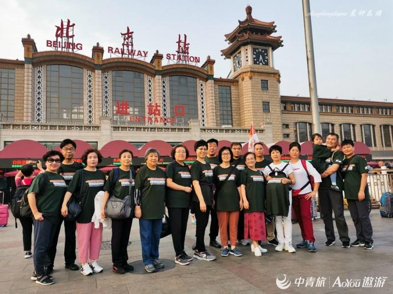 团友和领队在北京站合影