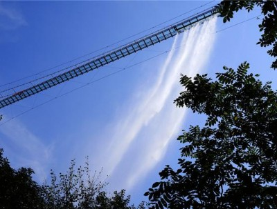 """清凉谷竟有会""""碎""""的玻璃天桥,假期在网红景区玩起来!"""