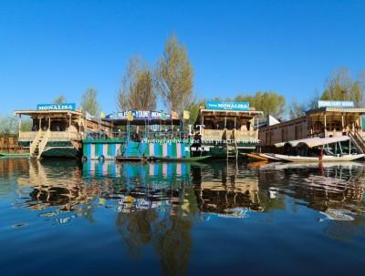 印控克什米尔的水上船屋,老板们全是巴铁,游客却是对...