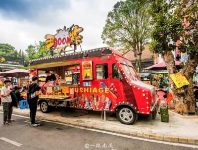 广西南宁也有66号公路,汽车被当成商店,游客纷纷来拍照!