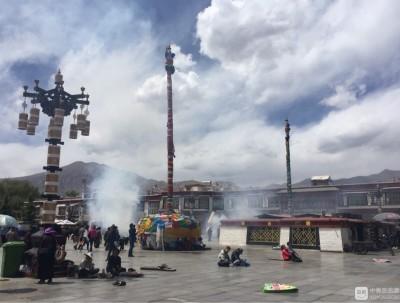 西藏之行---行走在大昭寺转经的藏族老人及虔诚的朝拜者