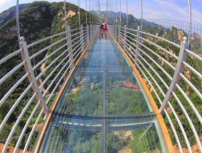 """国庆节你敢去北京的清凉谷挑战即将破""""碎""""的玻璃天桥..."""