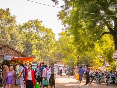 缅甸人生活贫穷,却不忘美丽