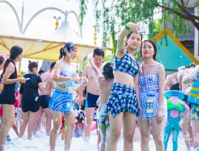 杭州奇葩冰雪泡沫节,避暑、玩水、看美女