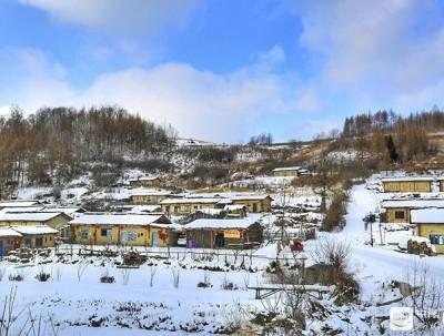在长白山脚下有一处木屋村落,其精美设计堪比北京四合院