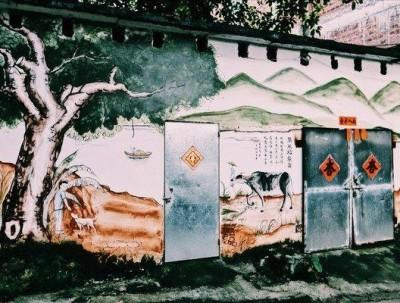 拥有50亩的原始生态林的古村,外围却被彩绘包围,你见过...