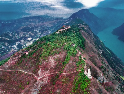 文观峰上赏巫山红叶,镇水塔下看舟行碧波